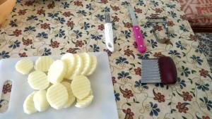 Cartofii pregatiti pentru supa de legume cu gris